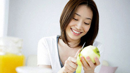 You should eat early. After sharpening and slicing fruits, you should eat immediately to get maximum nutrients.
