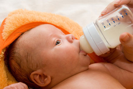 Women who give birth in the first time will have difficulty in feeding baby with bottle in right way and safely