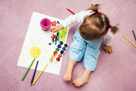 Parents can ask children to play with colors to stimulate children's intelligence.