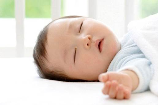 When baby's eyelid hand down or baby uses hands to rub eyes continuously; yawning, sniveling glassy feeling, these are signs that baby is sleepy.
