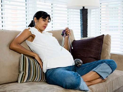 Putting a pillow behind back will help pregnant women reduce backache.