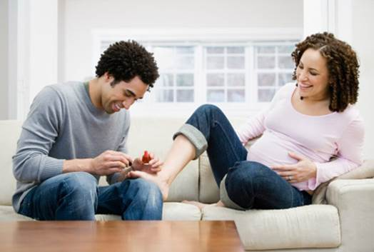 Pregnant women can paint toenail, but they shouldn't paint too many times in month.
