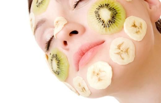 Kiwi mask helps rejuvenating the skin.