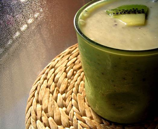 Kiwi smoothie is delicious and healthy.