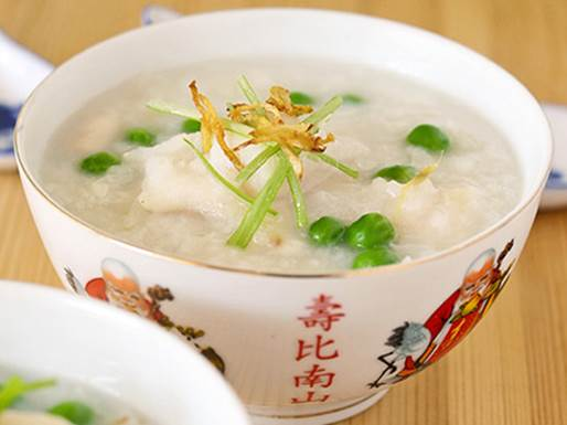 Snakehead fish and watercress gruel is not only delicious, but also nutritious for children.