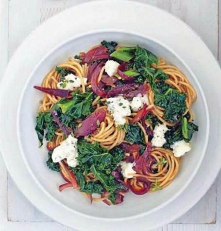 Spaghetti with caramelized onion, kale & Gorgonzola