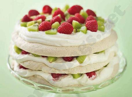 Description: Almond meringue cake with kiwi and raspberries