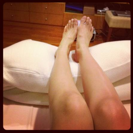 To reduce to edema, you just need to sleep with your legs in the position that is higher than the body to help the blood flow normally.
