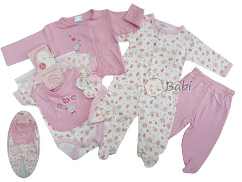 When mothers choose clothes for newborn babies, they should make priority for light colors and avoid gaudy colors.