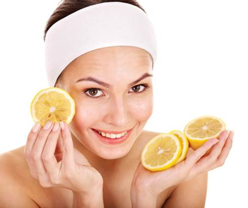 Lemon juice can keep your skin bright and reduce wrinkles.