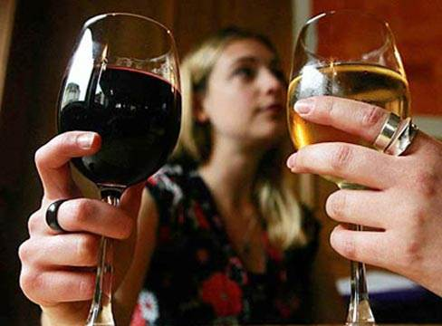 Drinking a lot of wine and beer not only affects health but also skin.