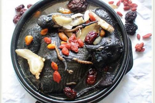 Black chicken that is simmered with drugs and lotus seeds will be very nutritious.