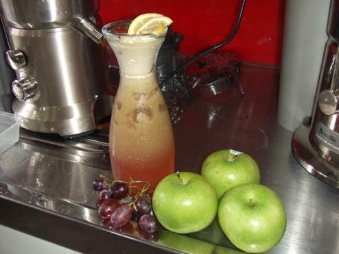 Grape and apple smoothie can stimulate the intestine digestion.