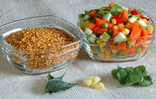 Description: Kerala Red Rice+Roasted Yellow Moong Dal, Vegetables, Curry leaves