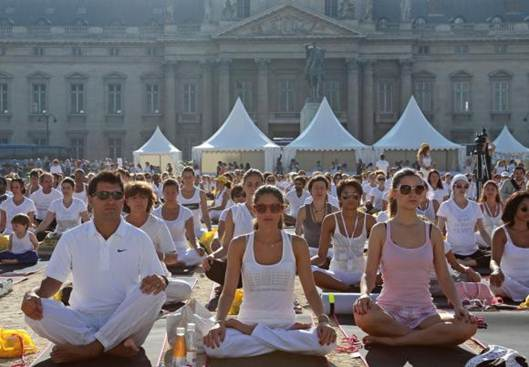Description: Established the largest row of yoga in France before the Eiffel Tower