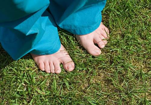 When babies cry in a long time, you should hold babies to go outside, let babies to put their bare feet on rough land such as grassplot, smooth gravel.