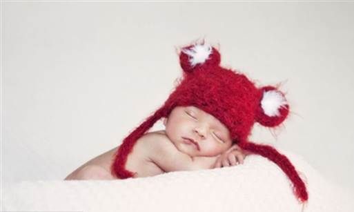 You should keep babies warm by winding babies in towel or wearing hats.