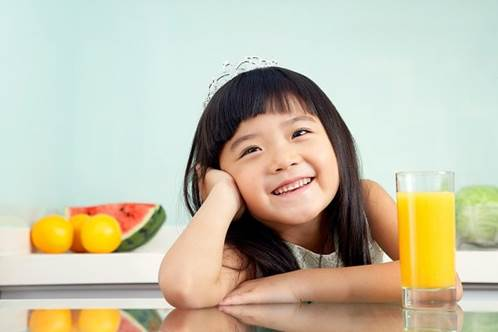 Parents need to pay attention to teach children how to order food and the way to eat and drink politely.