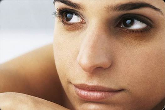 To women, if dark circles appear under eyes in a long time, it can be dysmenorrhea, uneven menstruation.