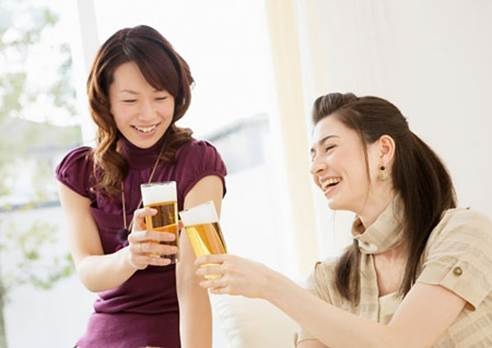 Drinking a cup of beer regularly every day can help women take care of and keep their skin smooth and bright.