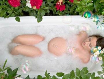 Description: Take a bath with warm water before sleeping helps pregnant women sleep more easily.