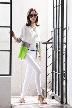 Description: Tight-fitting white khaki pants combine with tank top and slender sweater in addition to dark-colored belt to remark.