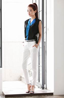 Description: Dark-colored shirt mixes up white pants – the familiar style of female staffs.