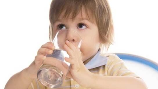 Mothers should let children drink water regularly.