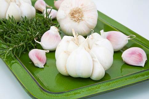 Eating garlic can help reduce the risk of cancer that is implicit in body.