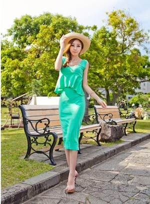 Description: A tight cotton dress with a pleated line raises up size of first round.