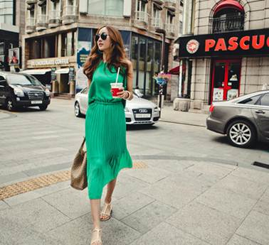 Description: You also cannot miss out grace of pleated midi dress in impressive green.