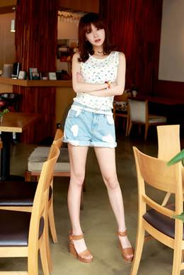 Description: T-shirt sleeveless brings you cool and airy feeling.