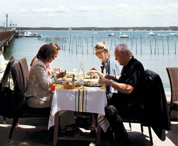 Description: L'Escale restaurant beside the jetty in Cap Ferret town