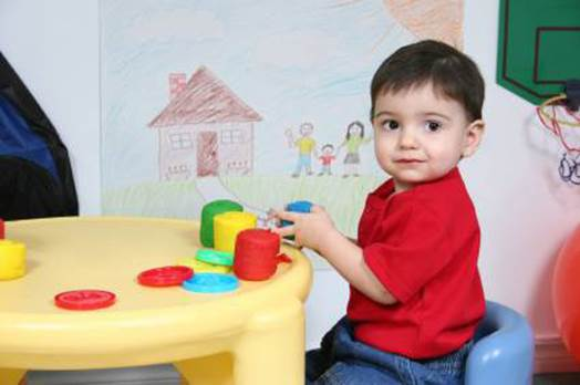 When babies are 2 years old, they like to discover and do everything by themselves.