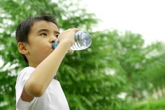 Mothers should encourage children to drink a lot of water.