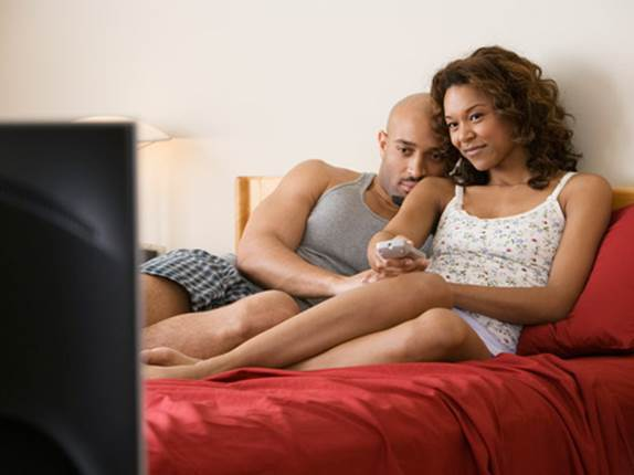 Specialists agree that we should stop watching TV or using electronic devices at least 1 hour before bed.