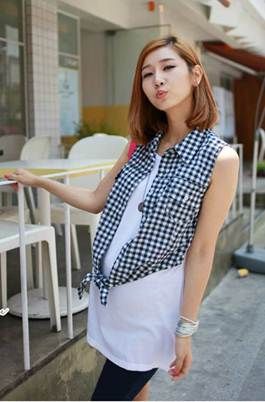 Description: Mezzanine shirt combining white shirt and jeans makes a dynamic look for pregnant women.