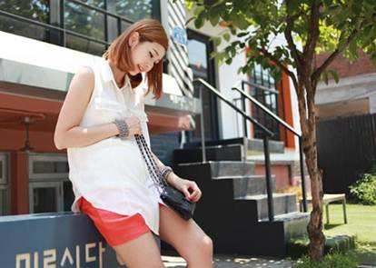Description: White shirt combines with red shorts is a great idea for pregnant women at weekend or when going out with friends .