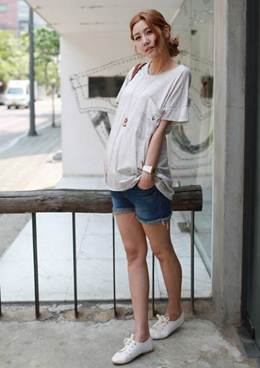 Description: T-shirts combines with jean shorts and sneakers creating comfortable and dynamic feelings for pregnant woman.