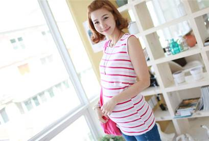 Description: Combining T-shirt without sleeves with jeans is the choice of many dynamic pregnant women.