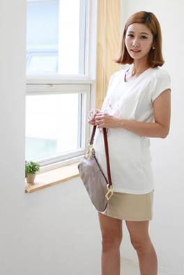 Description: In the summer, pregnant women should wear bright-color clothes to reduce the heat absorption.