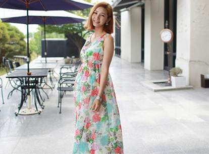 Description: Maxi dress is favored and chosen to wear in hot weather.