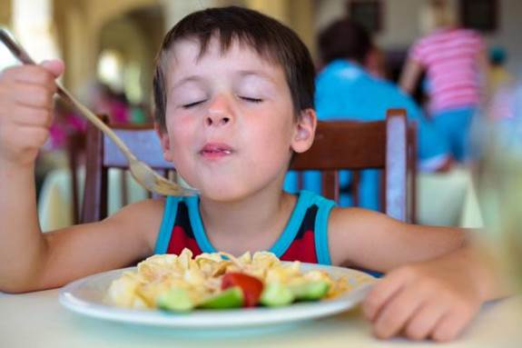 Holding food in the mouth is such a bad habit of children that parents should remove it from them.