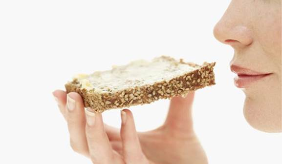 Bread and butter are the wonderful combination that helps pregnant women have good sleep.