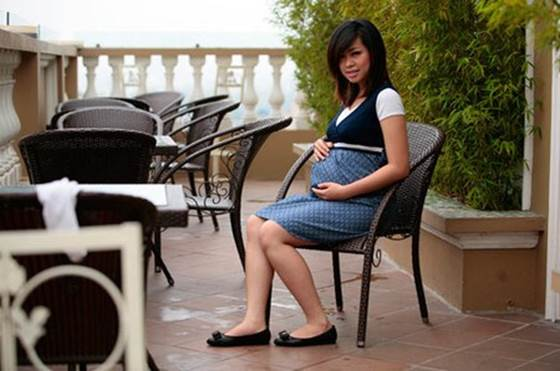 Sandal or shoes with the low sole is the better choice for pregnant women at this time.