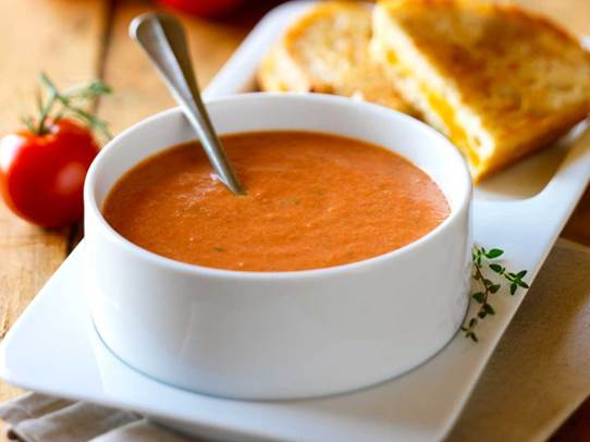 Eating tomato soup in summer not only helps bring the body nutrients, but also well provides it with water.