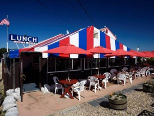Description: This kitsch-looking restaurant is justifiably famous for its seafood.