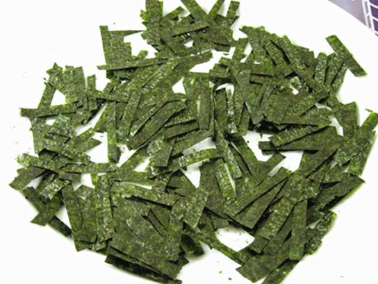 Eating color-changed seaweed can cause poisoning.