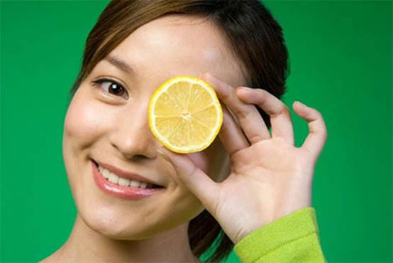 Lemon juice reduces the production of free radicals that cause aging and damage for skin.