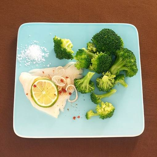 Broccoli is the food that is rich of Fe and folic acid that can help prevent anemia because of lacking Fe.